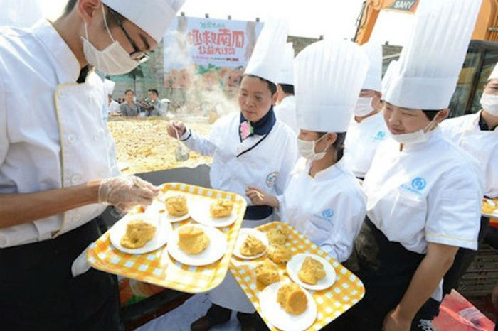 These Chinese Chefs Baked A Gigantic Pumpkin Pie (9 pics)