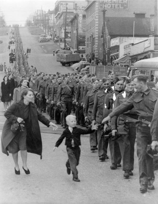 Famous Photos Without The One Thing That Made Them Famous (22 pics)