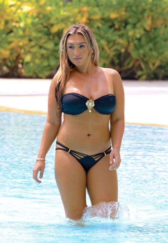 Lauren Goodger Shows Off Her Busty Cleavage In Dubai (12 pics)