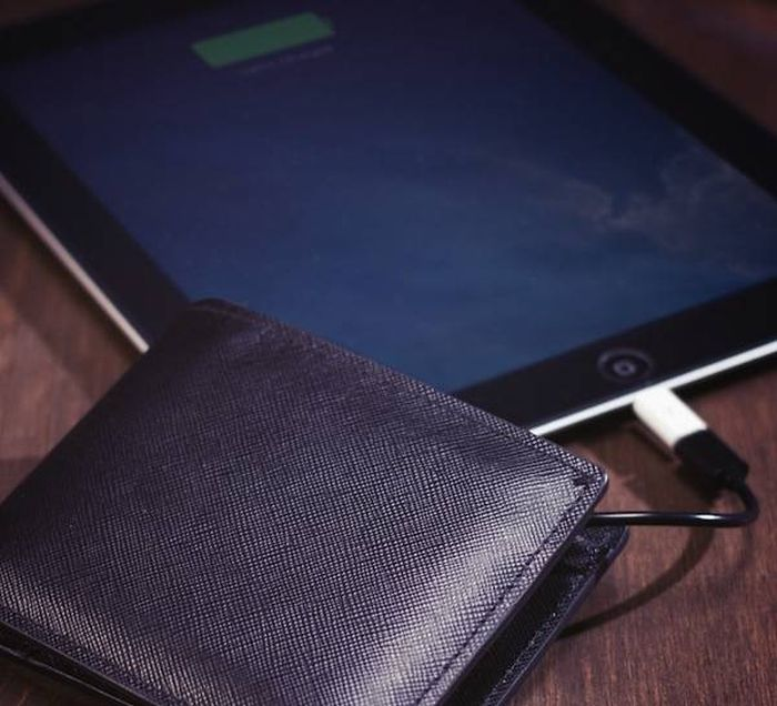 This New Wallet Charges All Your Electronics (4 pics)