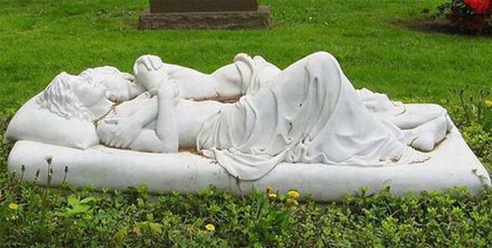 The Most Unique Graves From Around The World (23 pics)
