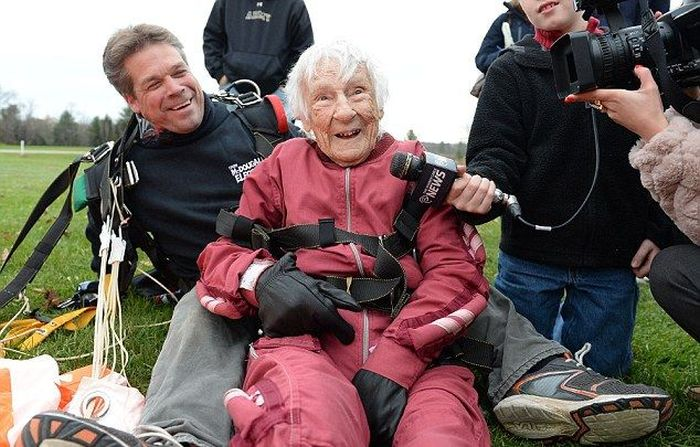 100 Year Old Woman Goes Skydiving (8 pics)