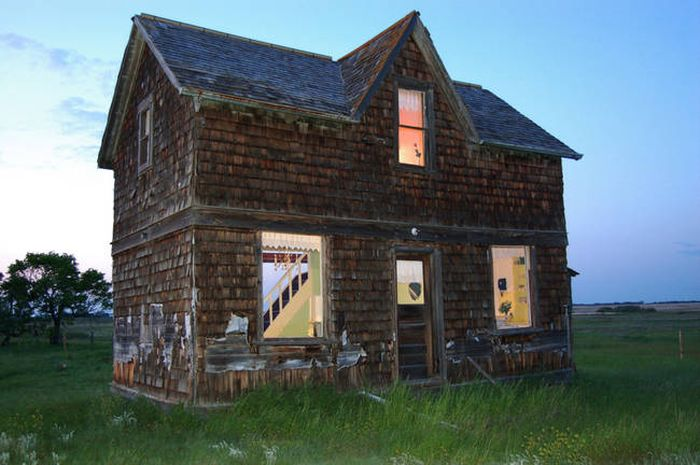 Old Canadian Farmhouse Turns Into A Real Dollhouse (18 pics)