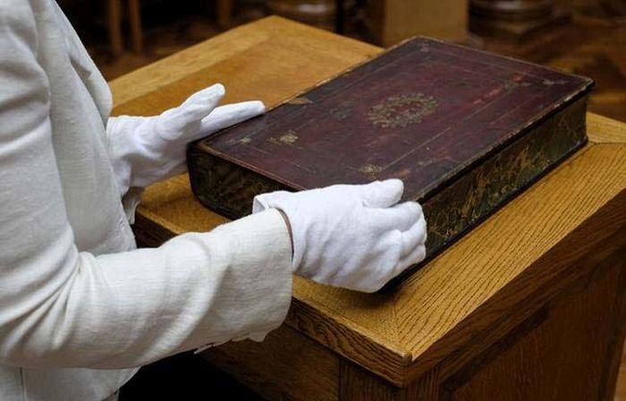 How People Used To Carry Around Their Book Collection (12 pics)