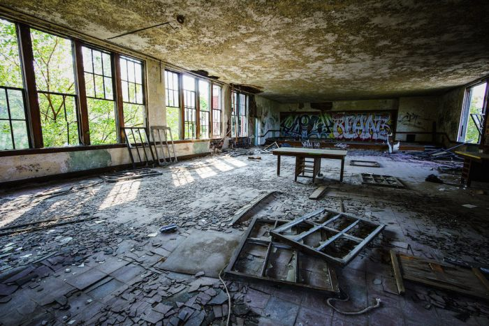 This Old Abandoned School Is Just Slightly Creepy (21 pics)