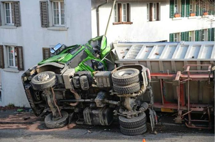 Truck Crashes Into The Side Of A House (16 pics)