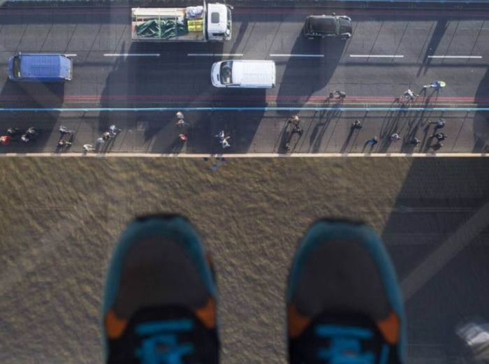London's Tower Bridge Glass Walkway Smashed By Beer Bottle (4 pics)
