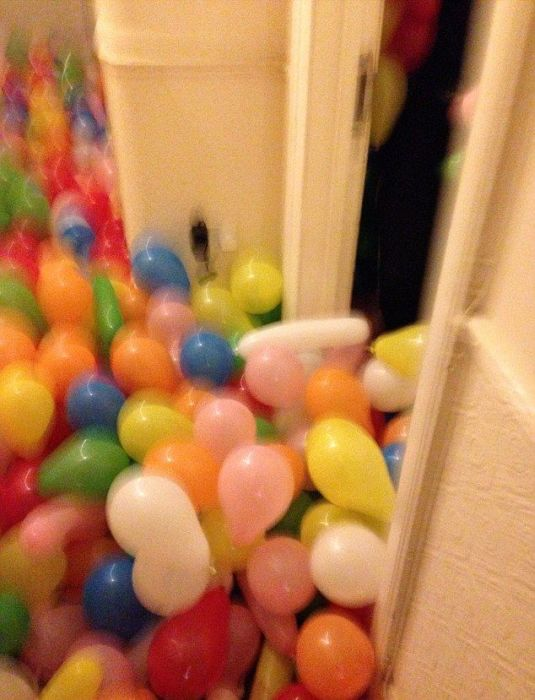 5,000 Balloons In A Room (8 pics)