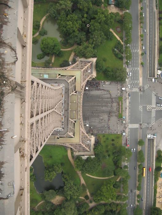 There's Something Hiding At The Top Of The Eiffel Tower (7 pics)