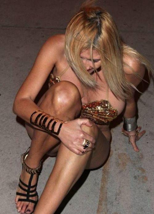 Drunk Busty Girl (10 pics)