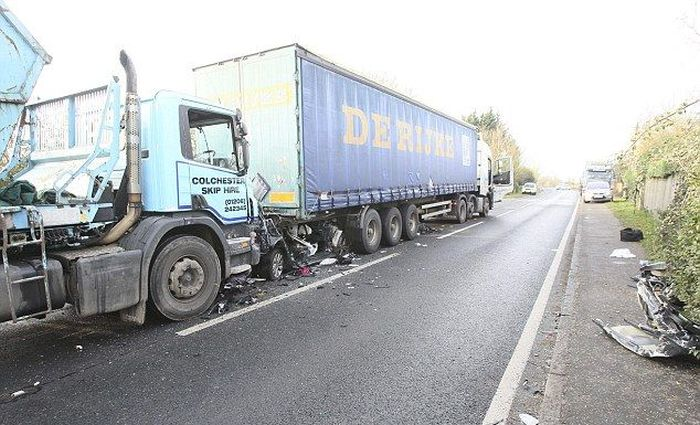 Volkswagen Golf Gets Crushed By A Truck (4 pics)