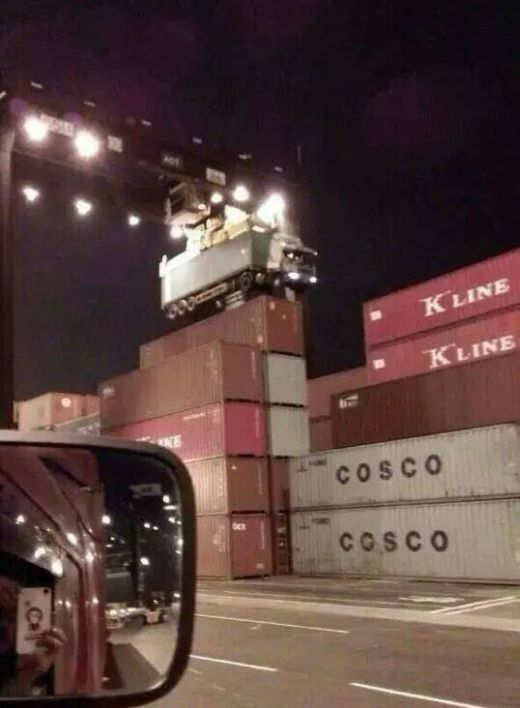 Truck Driver Forgot to Uncouple the Container (2 pics)