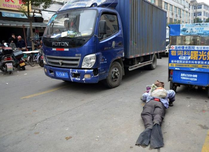 Disabled Chinese Beggar Is A Total Fraud (13 pics)