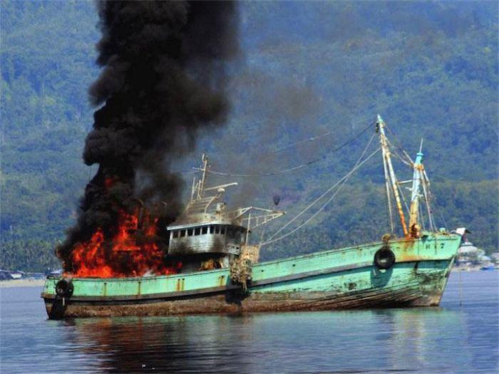 Indonesian Authorities Warn Fishermen (3 pics)