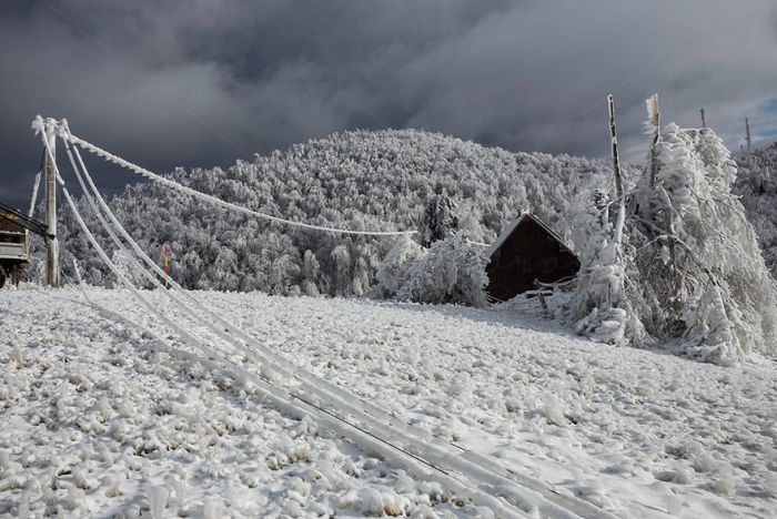 10 Days Of Extreme Weather Turn A Mountain Into Sheer Ice (15 pics)