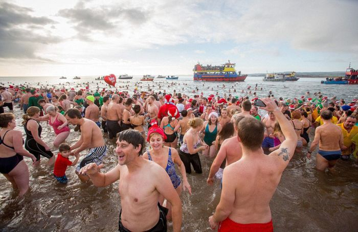The 50th Anniversary Of The Traditional Christmas Swim (25 pics)