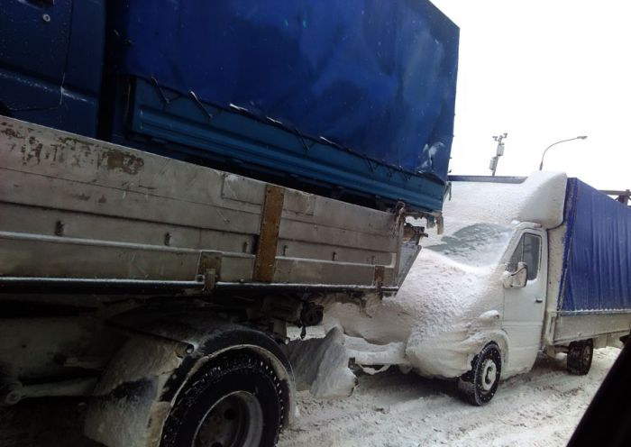 This Truck In Russia Was Just An Accident Waiting To Happen (2 pics)