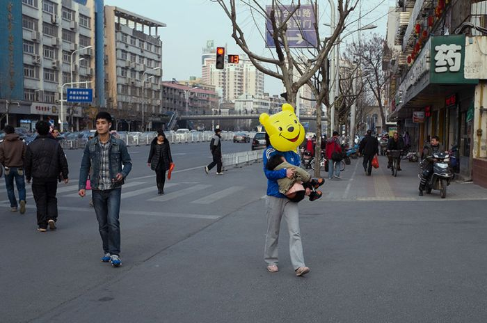 Chinese Street Photographer Captures Perfectly Timed Photos (24 pics)