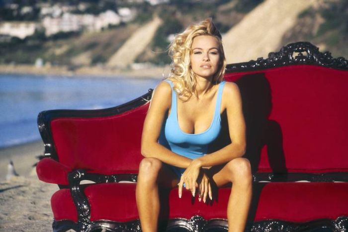 Hot Pictures Of Pamela Anderson On The Set Of Baywatch (24 pics)