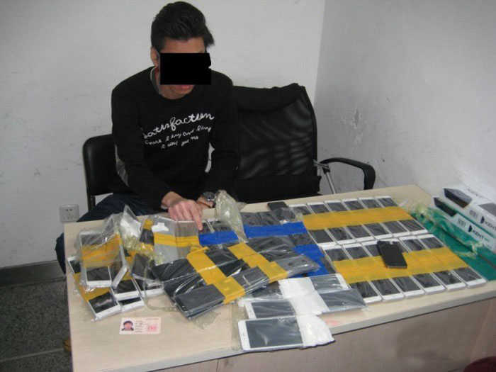 This Man Tried To Smuggle 94 iPhones (5 pics)
