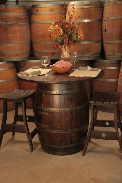 This guy creates some pretty epic stuff from wine barrels - Transformer un meuble ancien ...