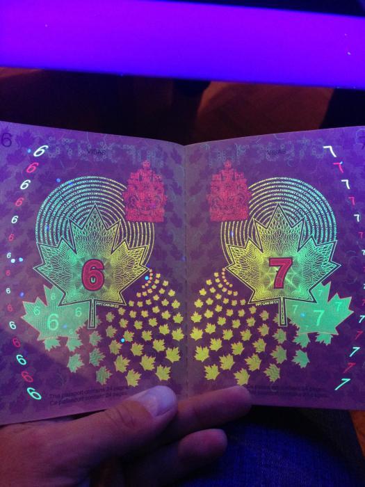 découvertes  - Page 4 Canadian_passport_02