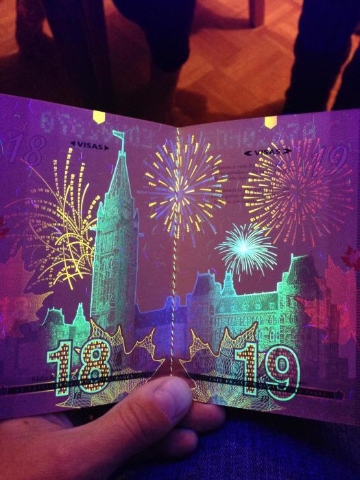 découvertes  - Page 4 Canadian_passport_04