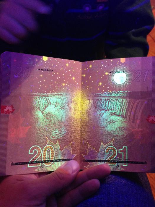 découvertes  - Page 4 Canadian_passport_12