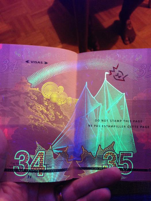 découvertes  - Page 4 Canadian_passport_16