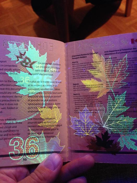 découvertes  - Page 4 Canadian_passport_18