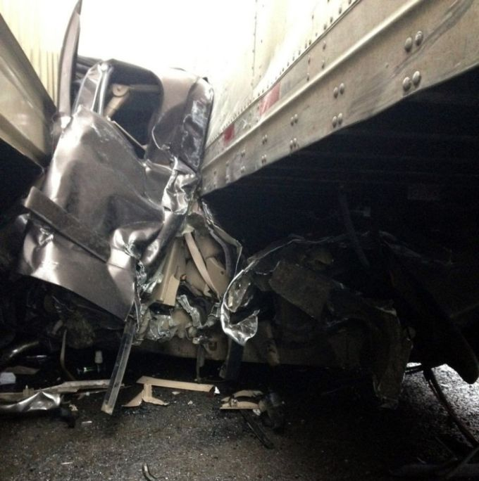 It's A Miracle This Driver Wasn't Crushed (10 pics)
