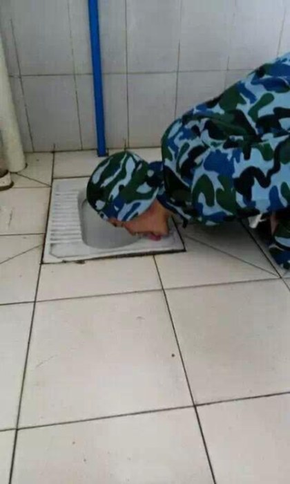 This Man Licked The Toilet (5 pics)