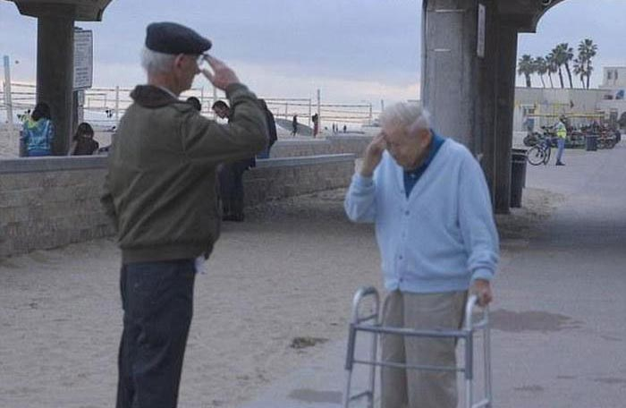 Concentration Camp Survivor Meets the Soldier Who Liberated Him (4 pics)