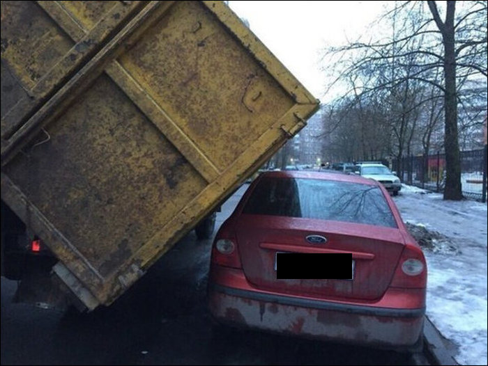 This Car Narrowly Avoided Being Crushed (3 pics)