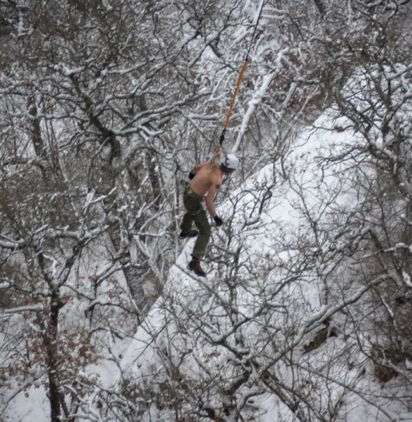 Man Hangs Off 62 Meter Cliff By His Skin (16 pics)