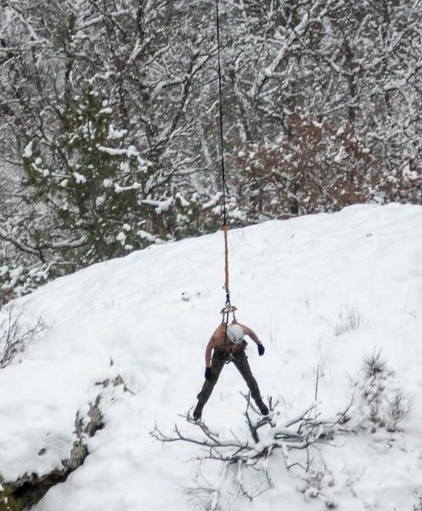 Man Hangs Off 62 Meter Cliff By His Skin (16 pics)