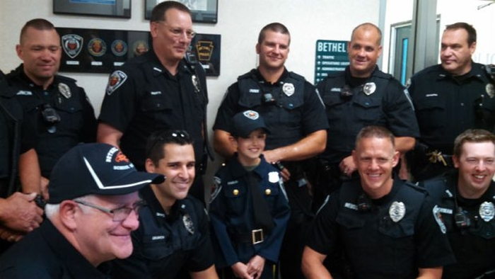 The Police Make Joey A Honorary Officer (7 pics)