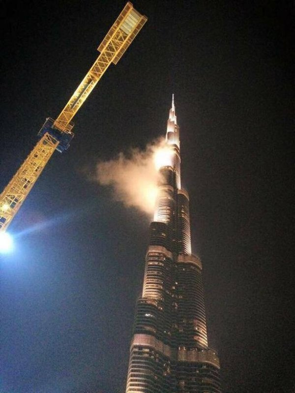 It Turns Out The Burj Khalifa Wasn't Really On Fire (5 pics)