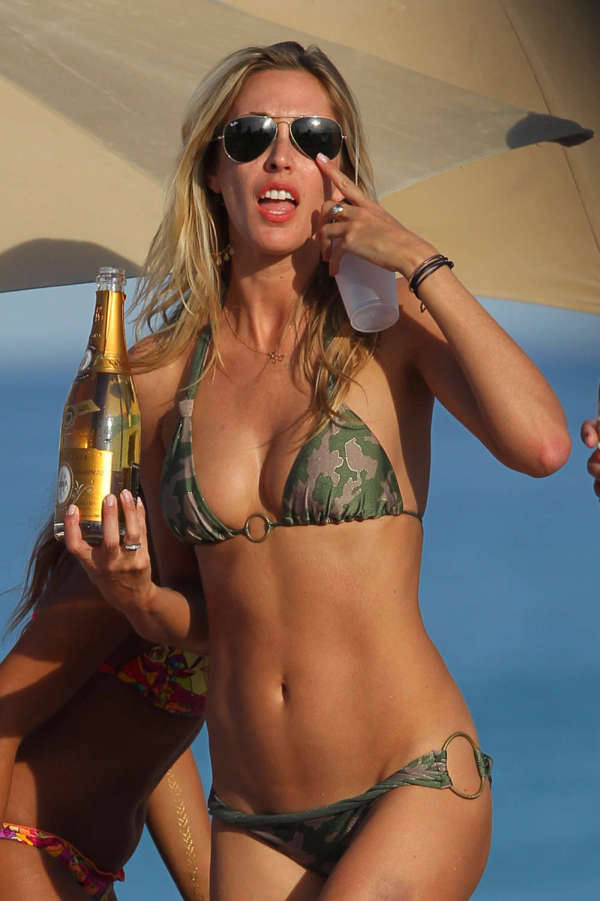 Lauren Stoner Shows Off Her Body At The Beach (12 pics)