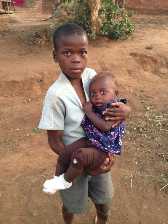 African Baby Sees A White Person For The First Time (3 pics)
