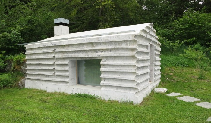 This Log Cabin Is Not A Log Cabin At All (17 pics)