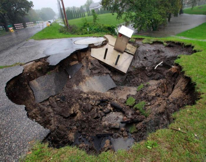 A Look Inside The World's Most Destructive Sinkholes (28 pics)