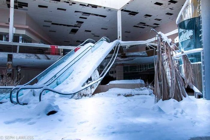 This Snow Covered Abandoned Mall Has Been Forgotten By Time (13 pics)