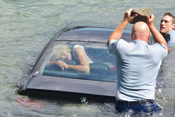 Police Officers Make An Incredible Rescue (7 pics)