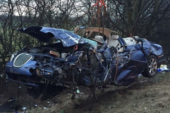 It's Amazing Everyone Survived This Car Wreck (5 pics)