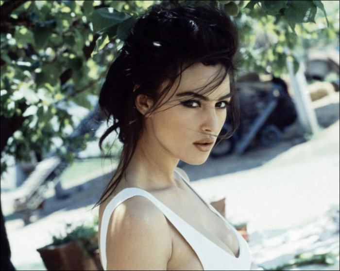 Monica Bellucci Still Looks Stunning At 50 Years Old (25 pics)