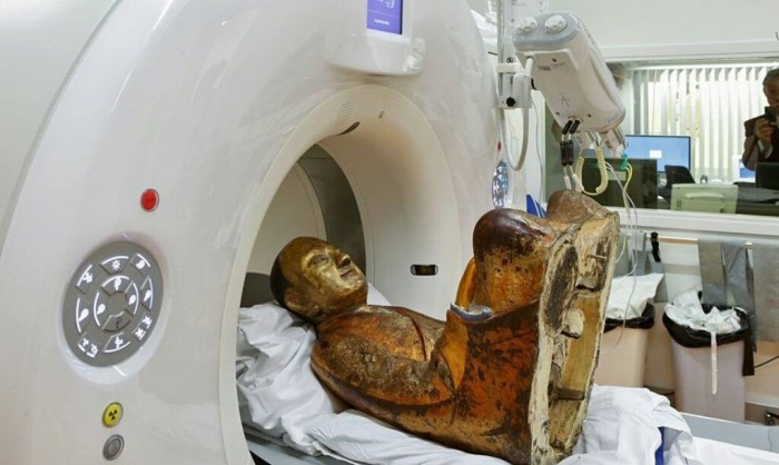It Turns Out There's A Mummy Hidden In This 12th Century Buddha Statue (4 pics)