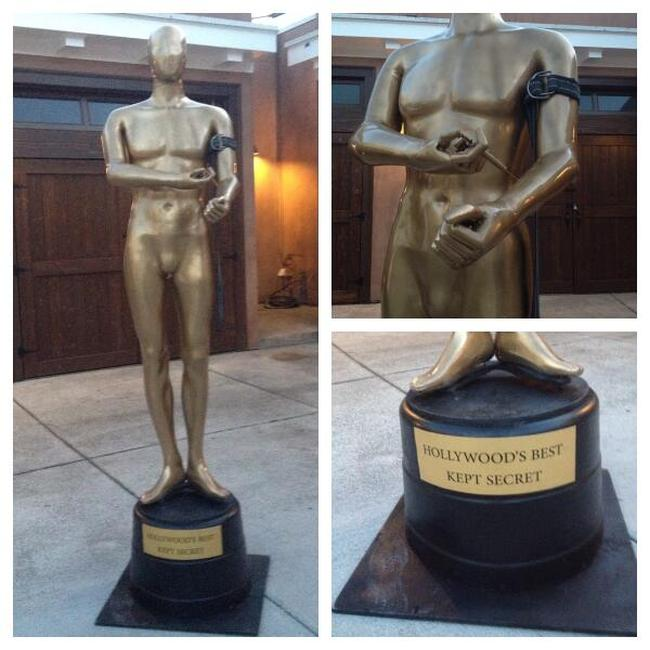 This Giant Cocaine Snorting Oscar Statue Has Taken Over Hollywood Boulevard (7 pics)