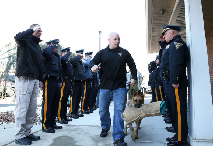 Police Officers Salute Teriminally Ill K9 Cop On His Last Trip To The Vet (5 pics)