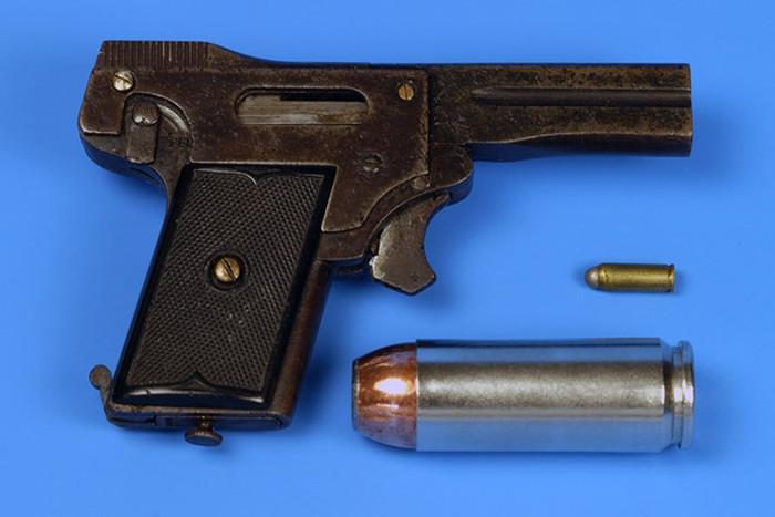 The World's Smallest Semi Automatic Pistol  (7 pics)